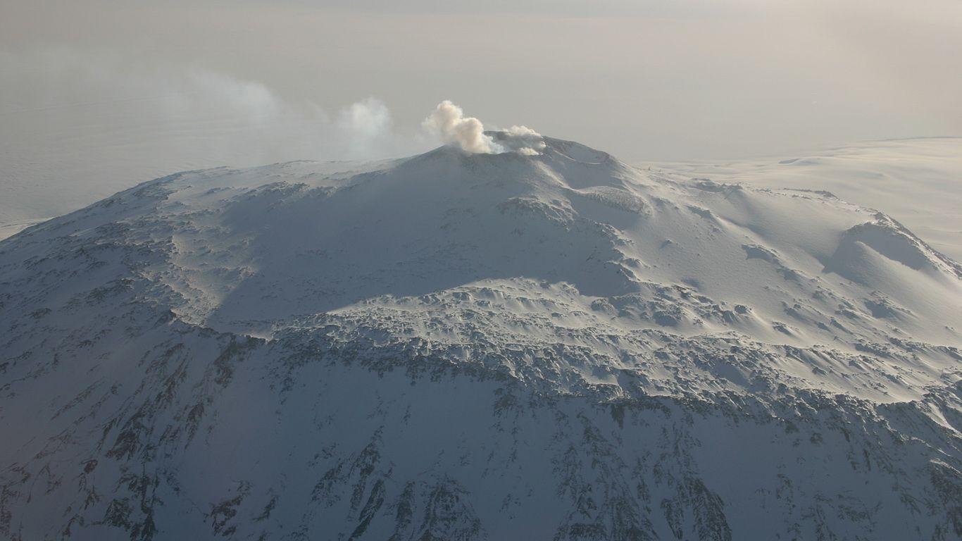 Вулкан Эребус издали