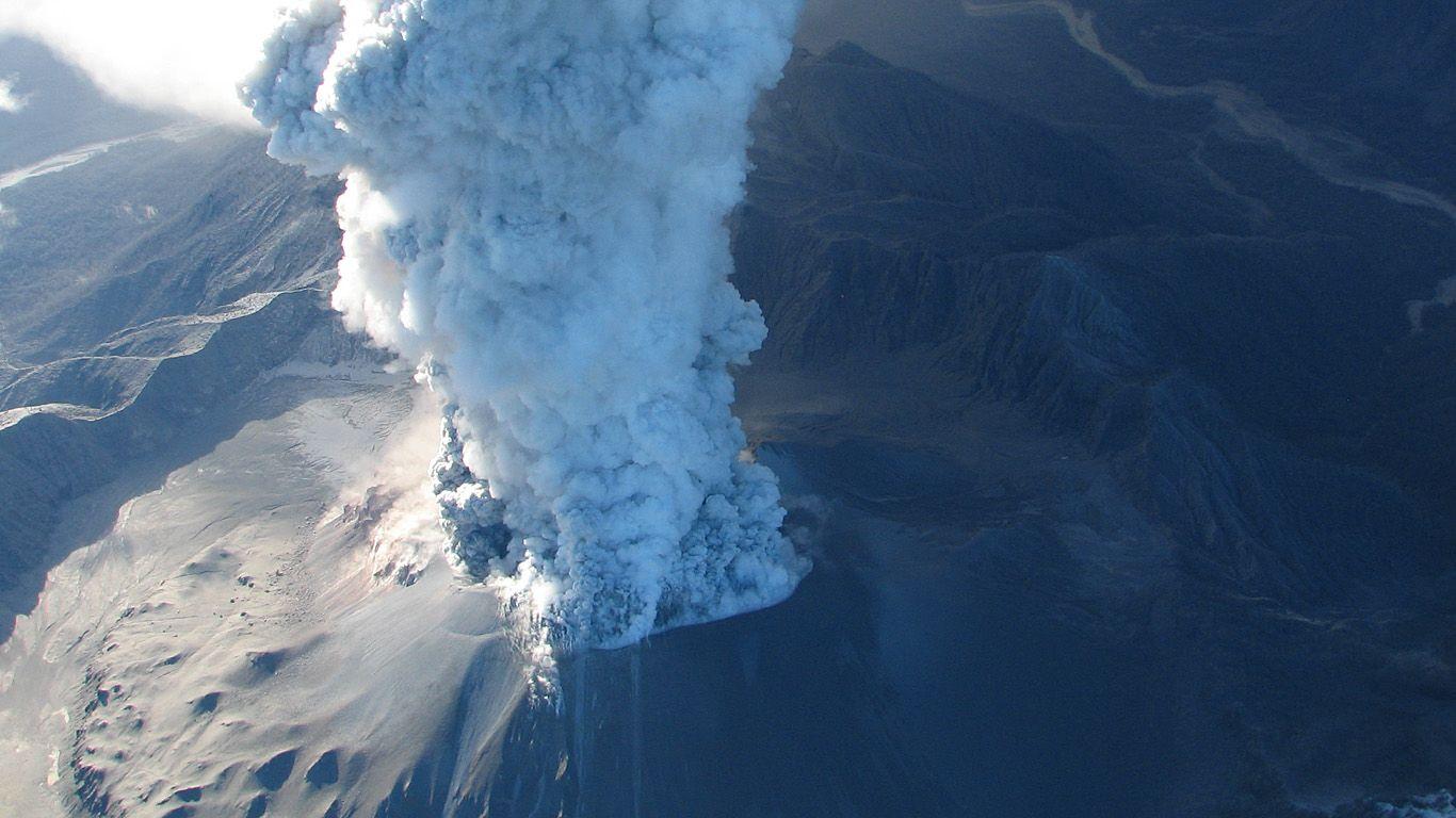 Вулкан Чайтен извергается