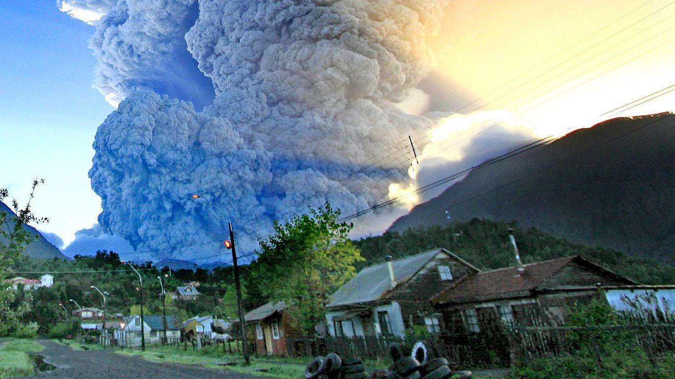 Извержение с видом из города.Вулкан Чайтен