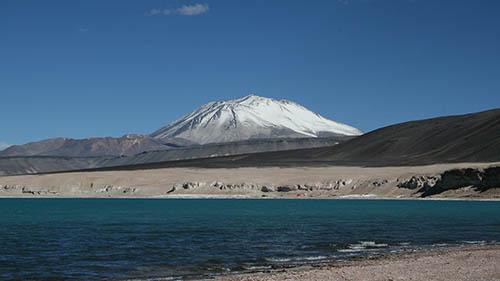 Вид на вулкан с озером