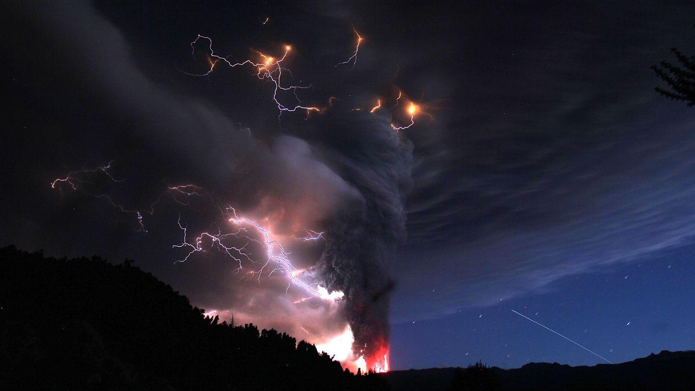 Вулкан Пуйеуэ и молнии на ночном небе