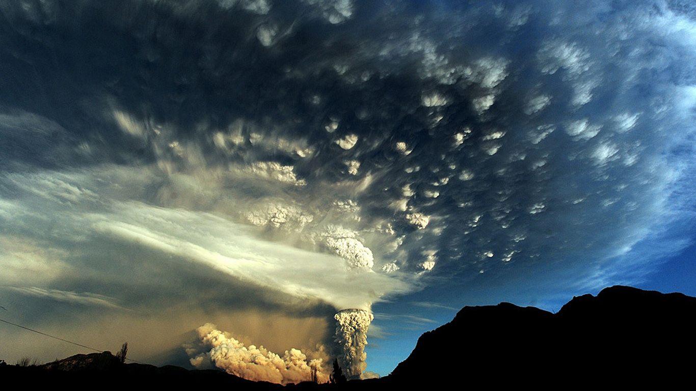 Вулкан Пуйеуэ столб из пепла