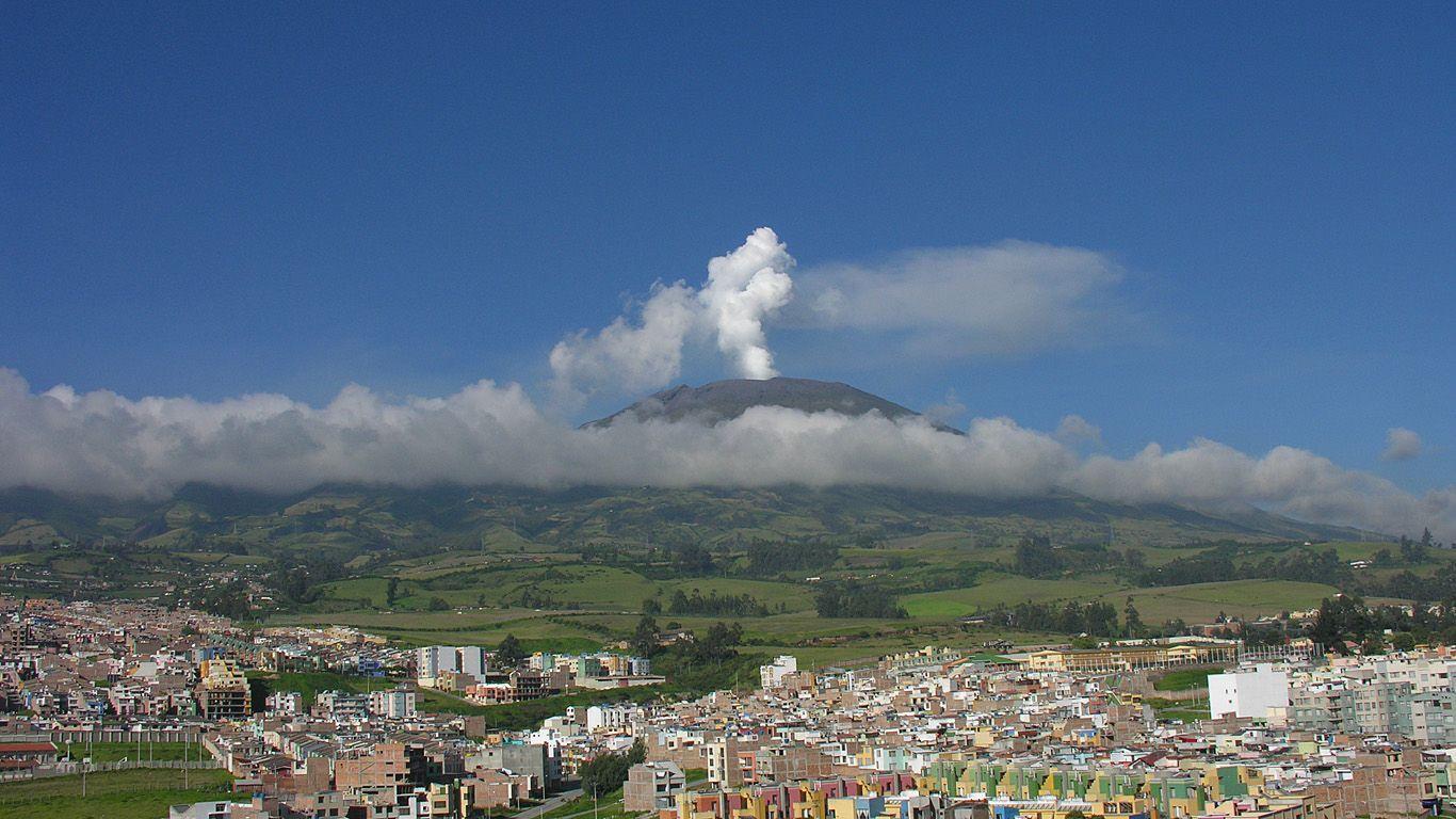 Вулкан Галерас издалека