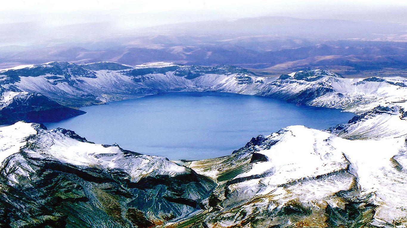 Вулкан Пэктусан сверху