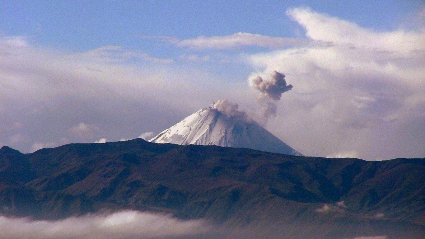 Вулкан Сангай за горами