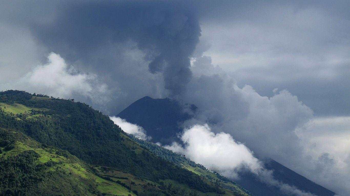 Пейзаж с извергающимся вулканом Тунгурахуа