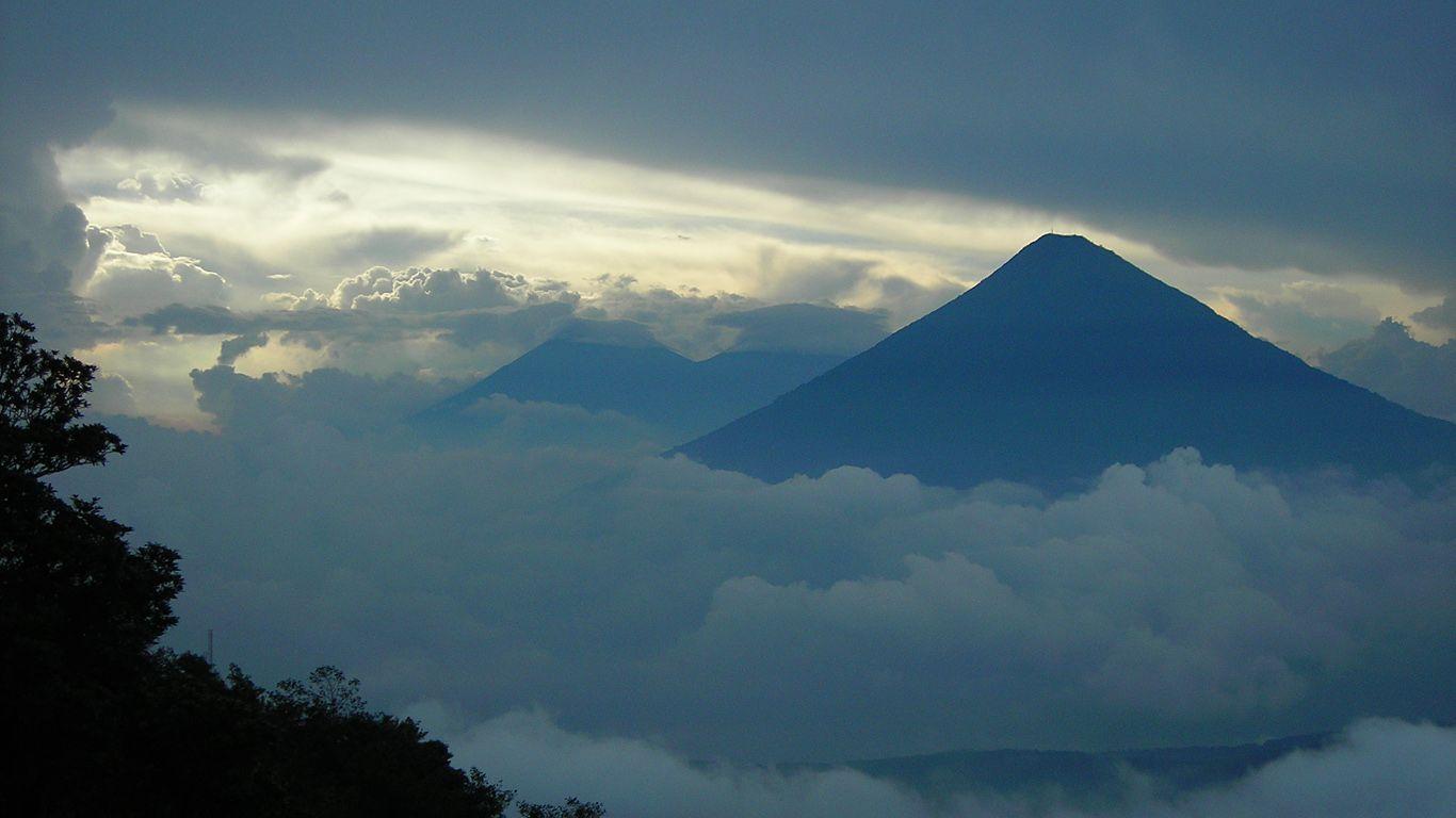 Вулкан Агуа в облаках