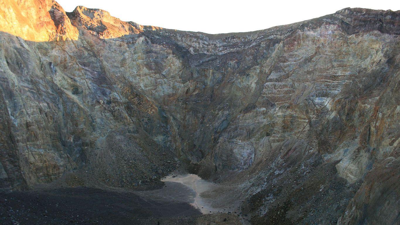 Дно кратера вулкана Агунг