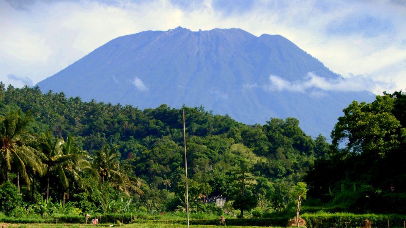 Вулкан Агунг издалека
