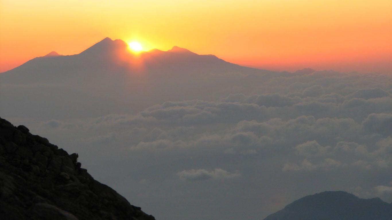 Вулкан Агунг на закате