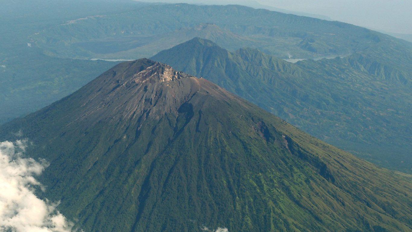 Вулкан Агунг с высоты