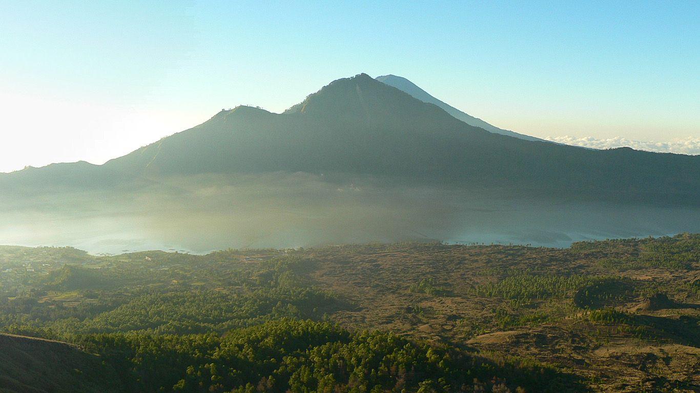 Озеро и 3 вершины вулкана