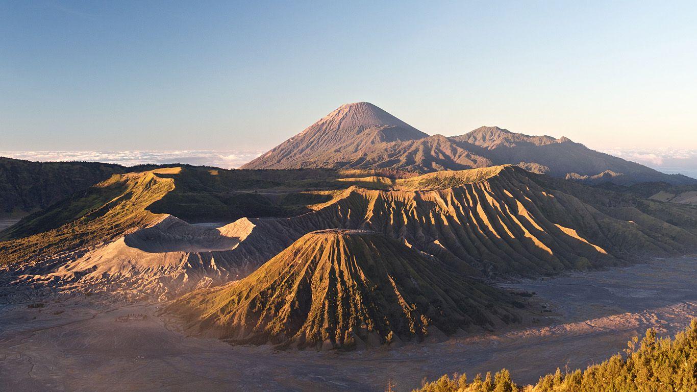 Пейзаж с вулканом на горизонте