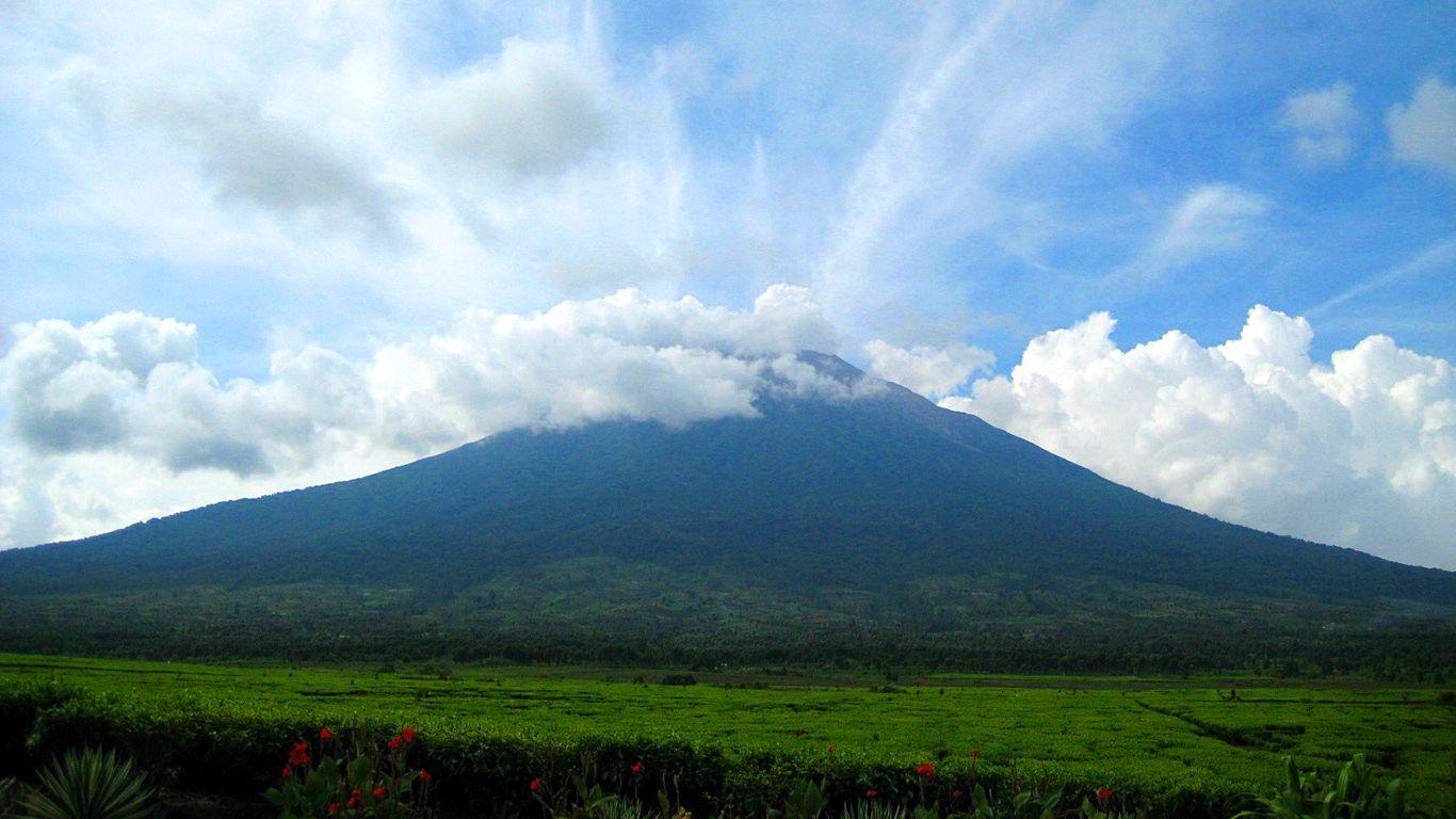 Вулкан Керинчи в облаках