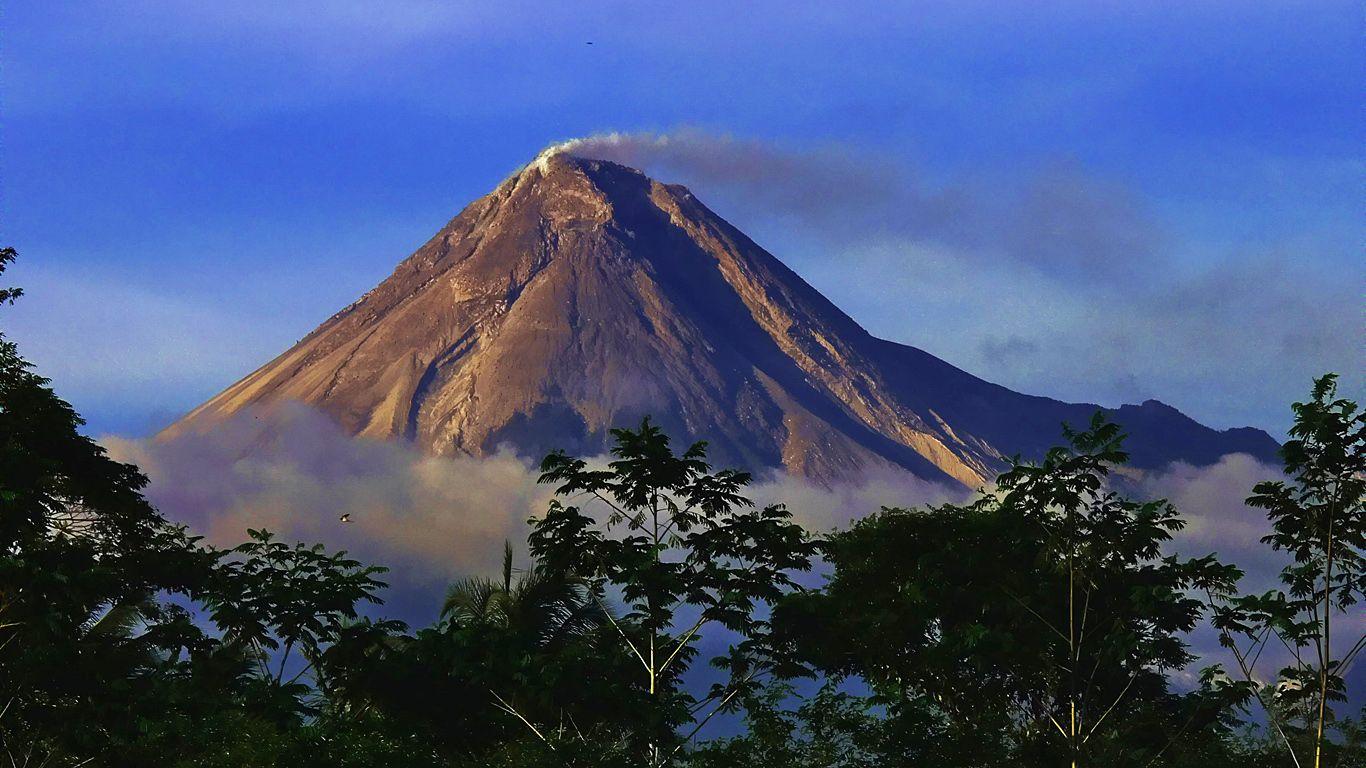 Вулкан Мерапи дымится