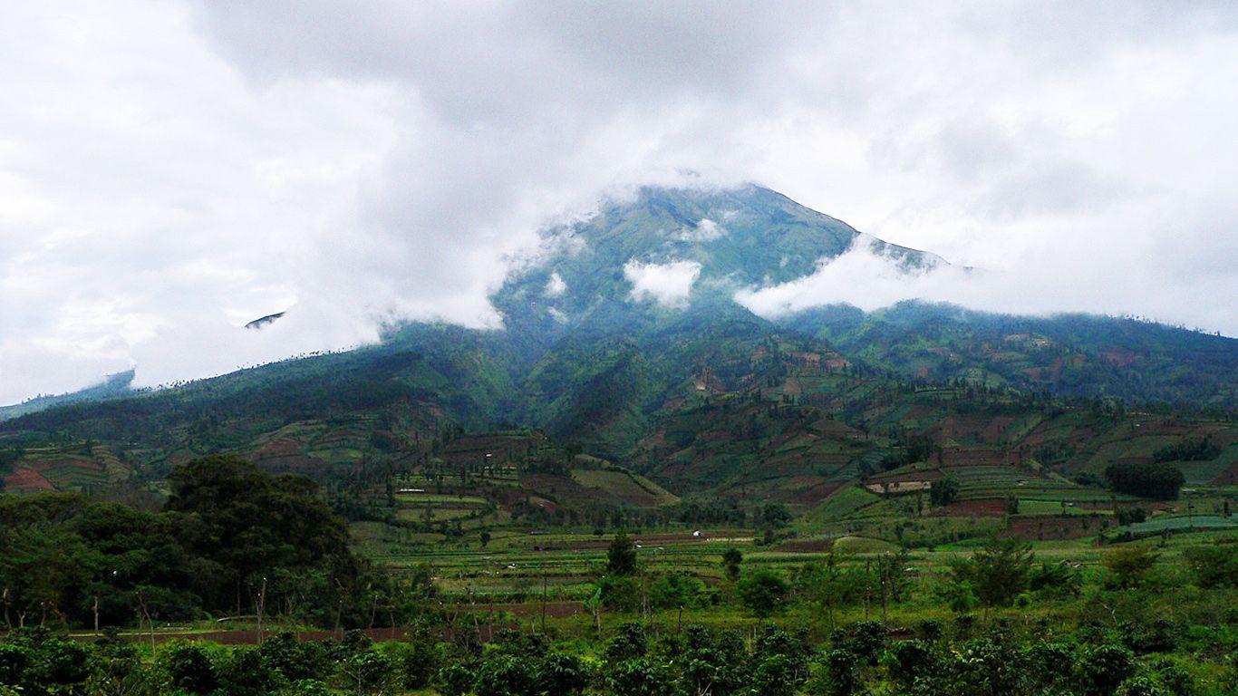 Вулкан Мерапи в облаках