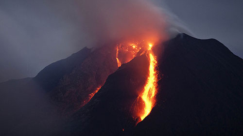 Лава вулкана ночью