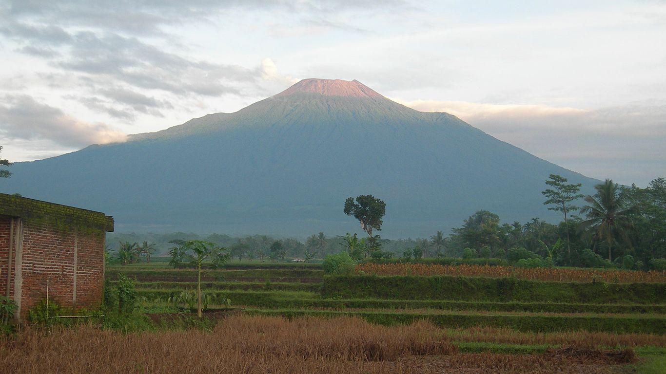 Вулкан Сламет издалека