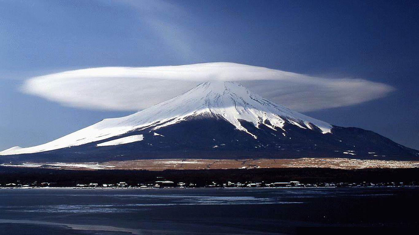 Вулкан Демавенд в облаке