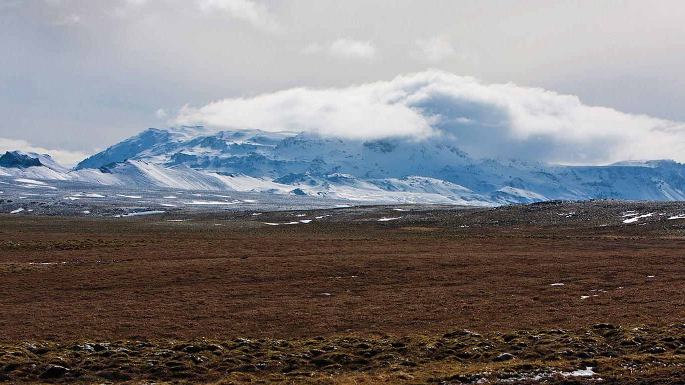Вулкан Хенгидль издалека