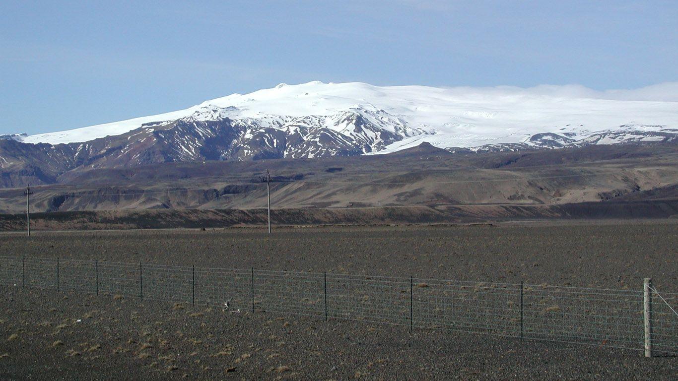 Вид издалека на ледник и вулкан