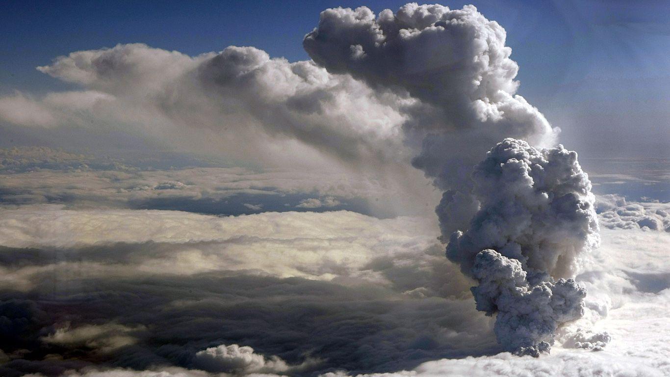 Вулкан Эйяфьядлайёкюдль за облаками