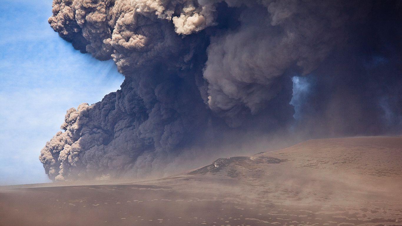 Сильное извержение вулкана Эйяфьядлайёкюдль