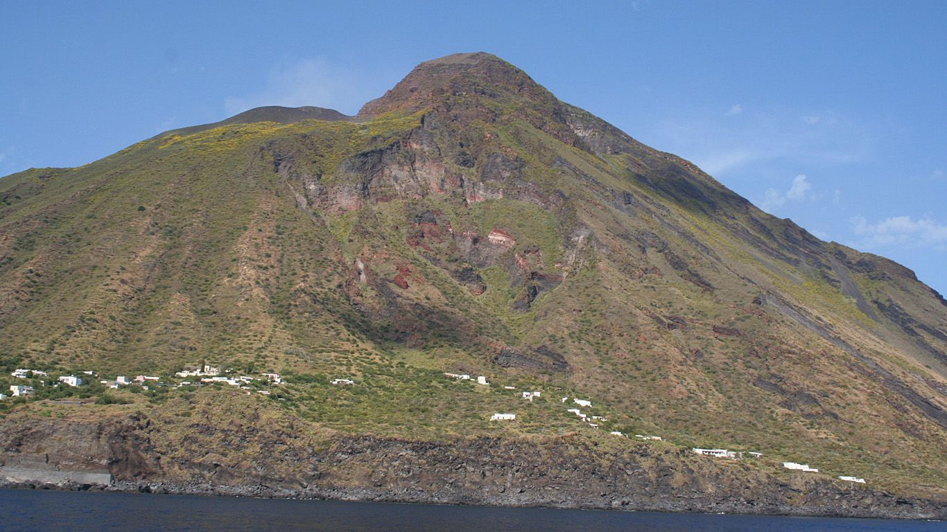 Вулкан Стромболи вблизи