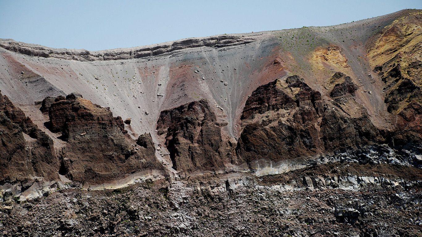 В кратере вулкана Везувий