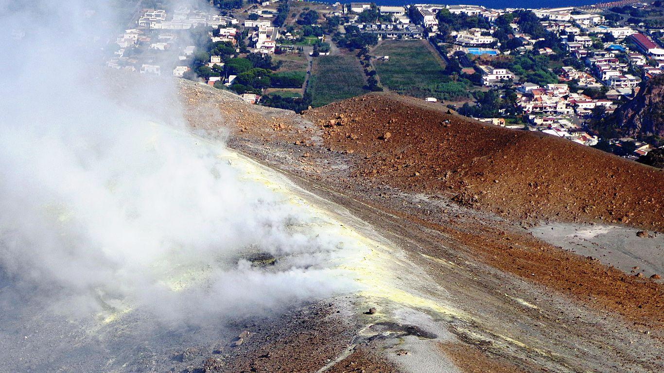 Вулкан Вулькано дымится