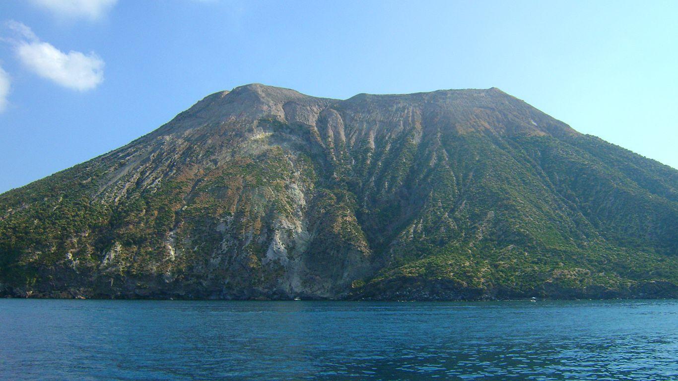 Вид с воды.Вулкан Вулькано