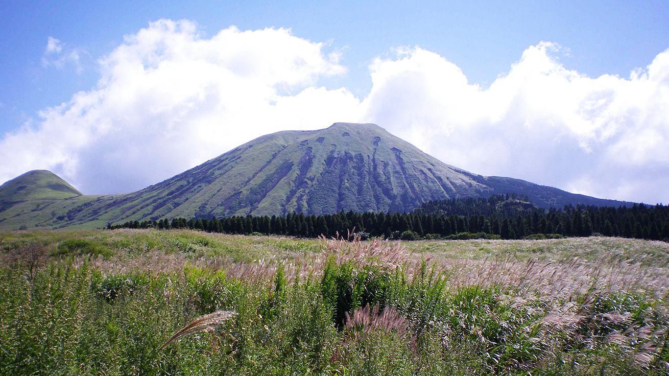 Красивый вулкан Асо