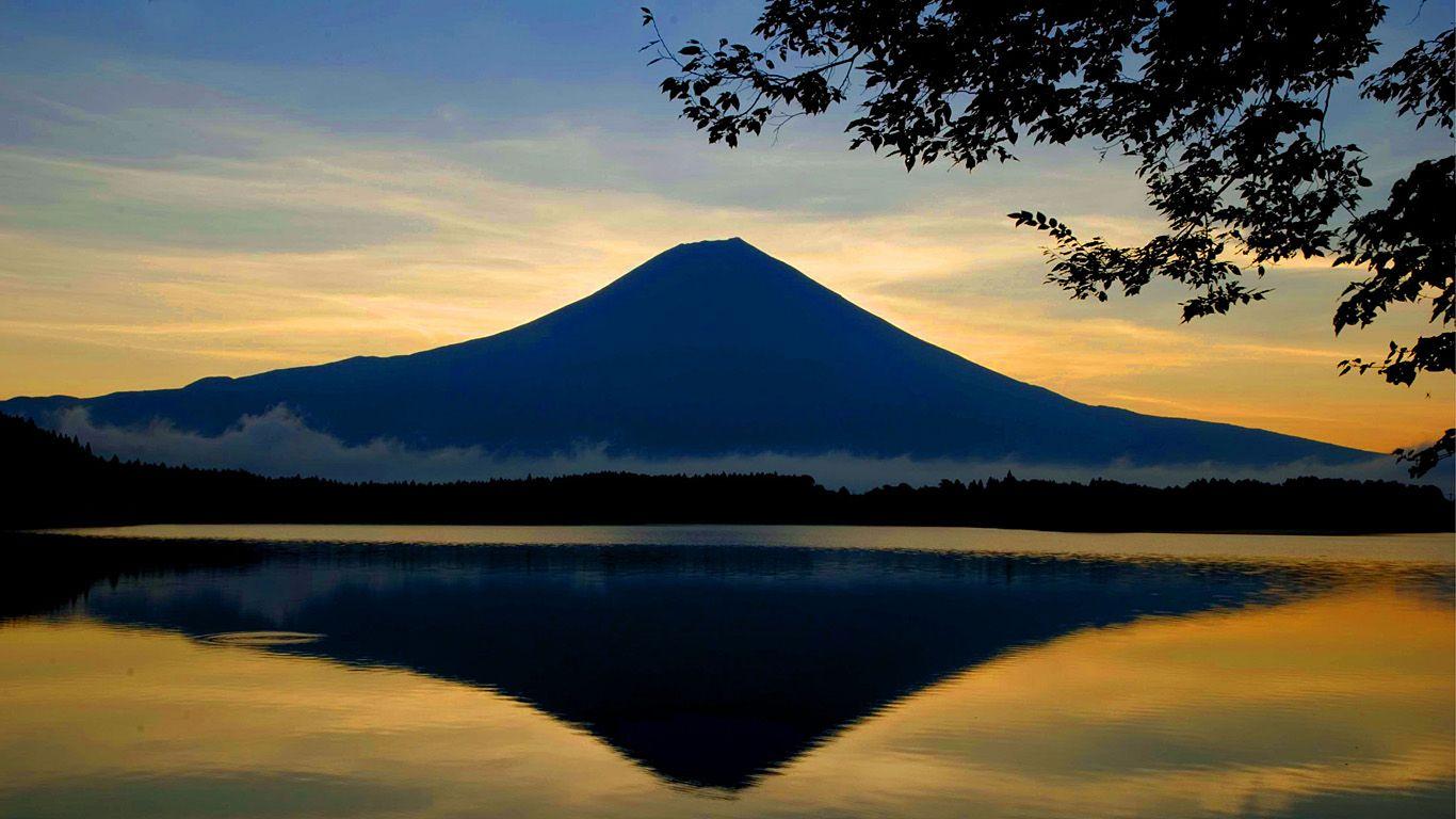 Вулкан Фудзияма после заката