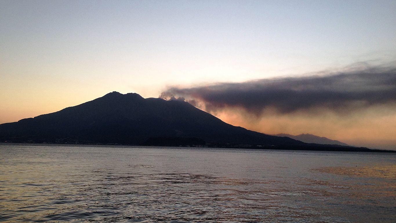Вулкан Сакурадзима на закате