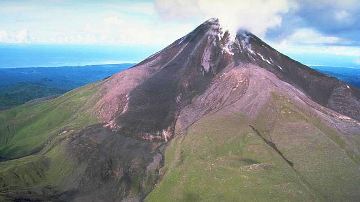 Вулкан Багана со стороны