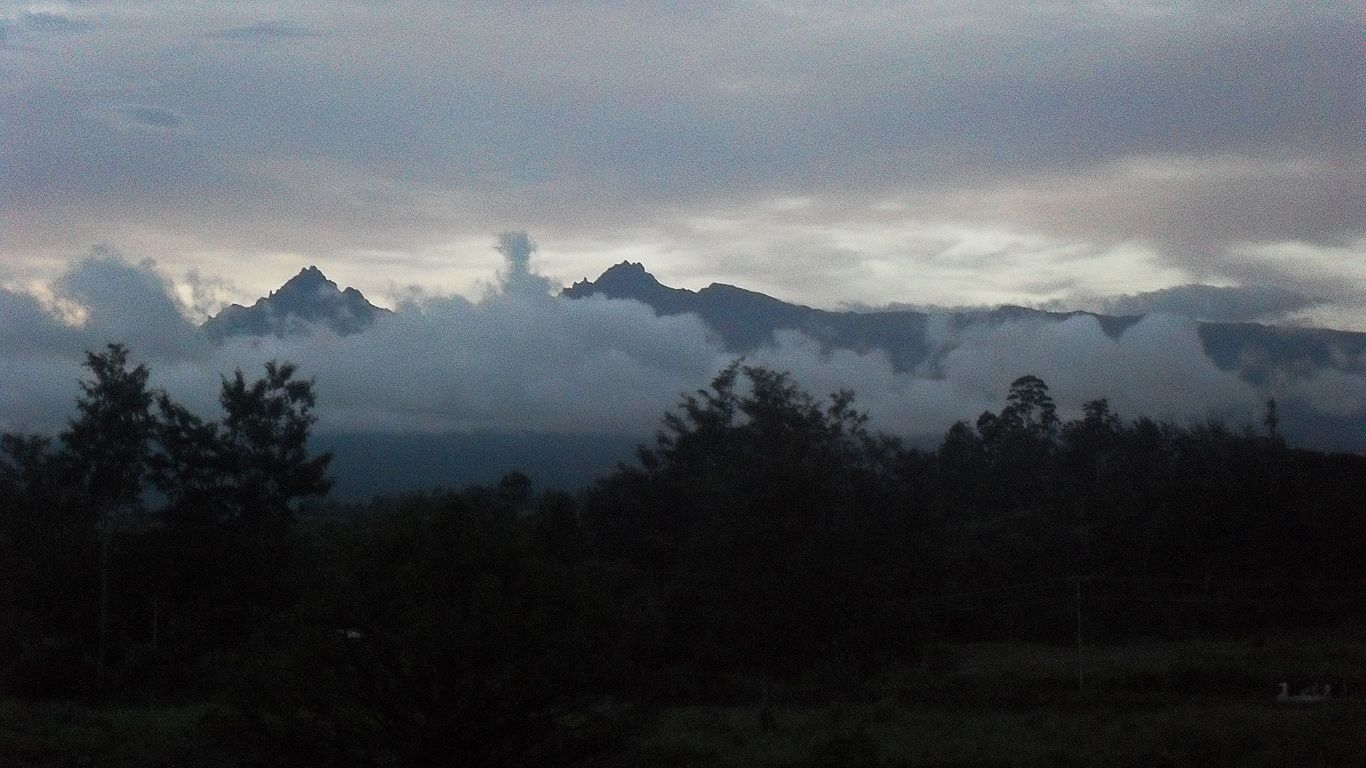 Вулкан Гилуве в облаках