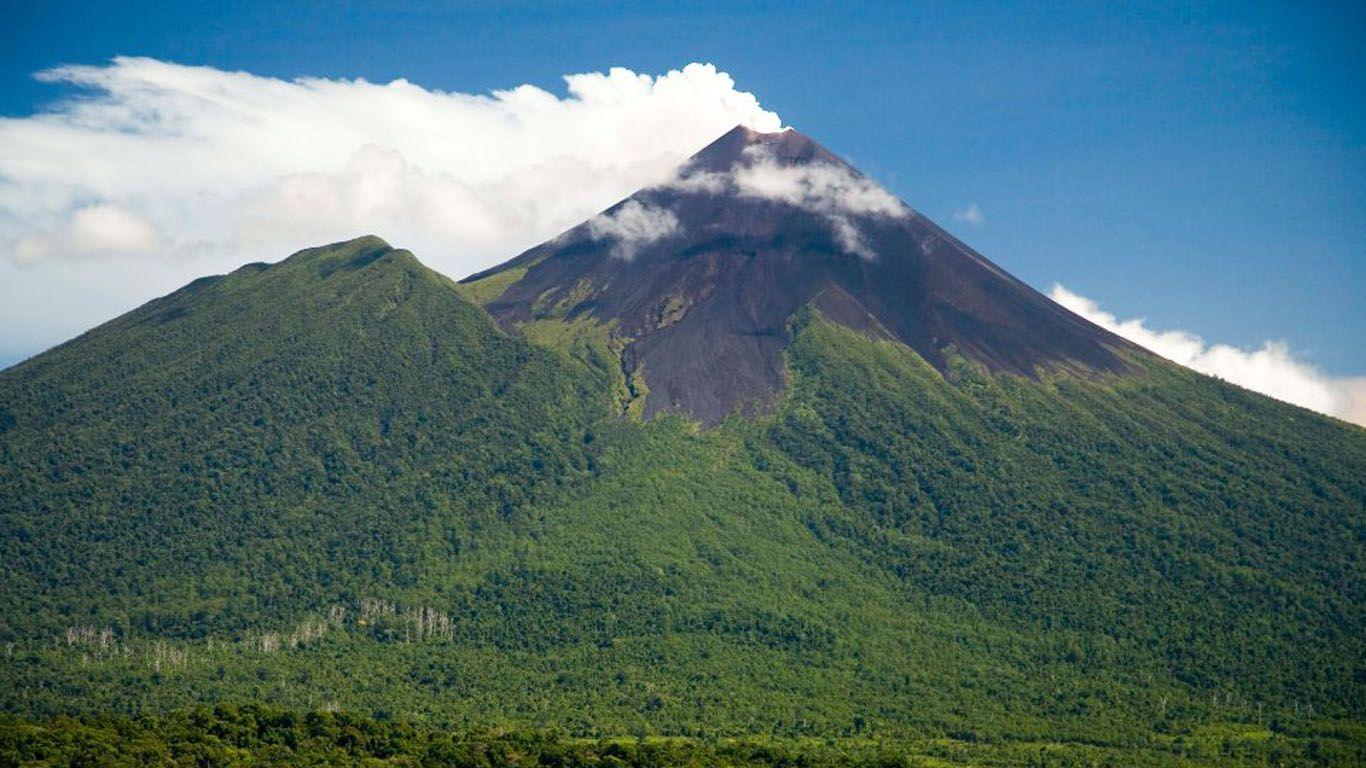 Пейзаж и вулкан Улавун