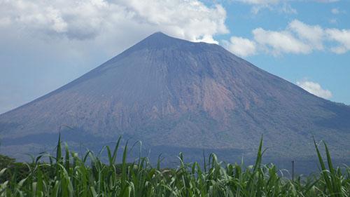 Вулкан Сан-Кристобаль издалека