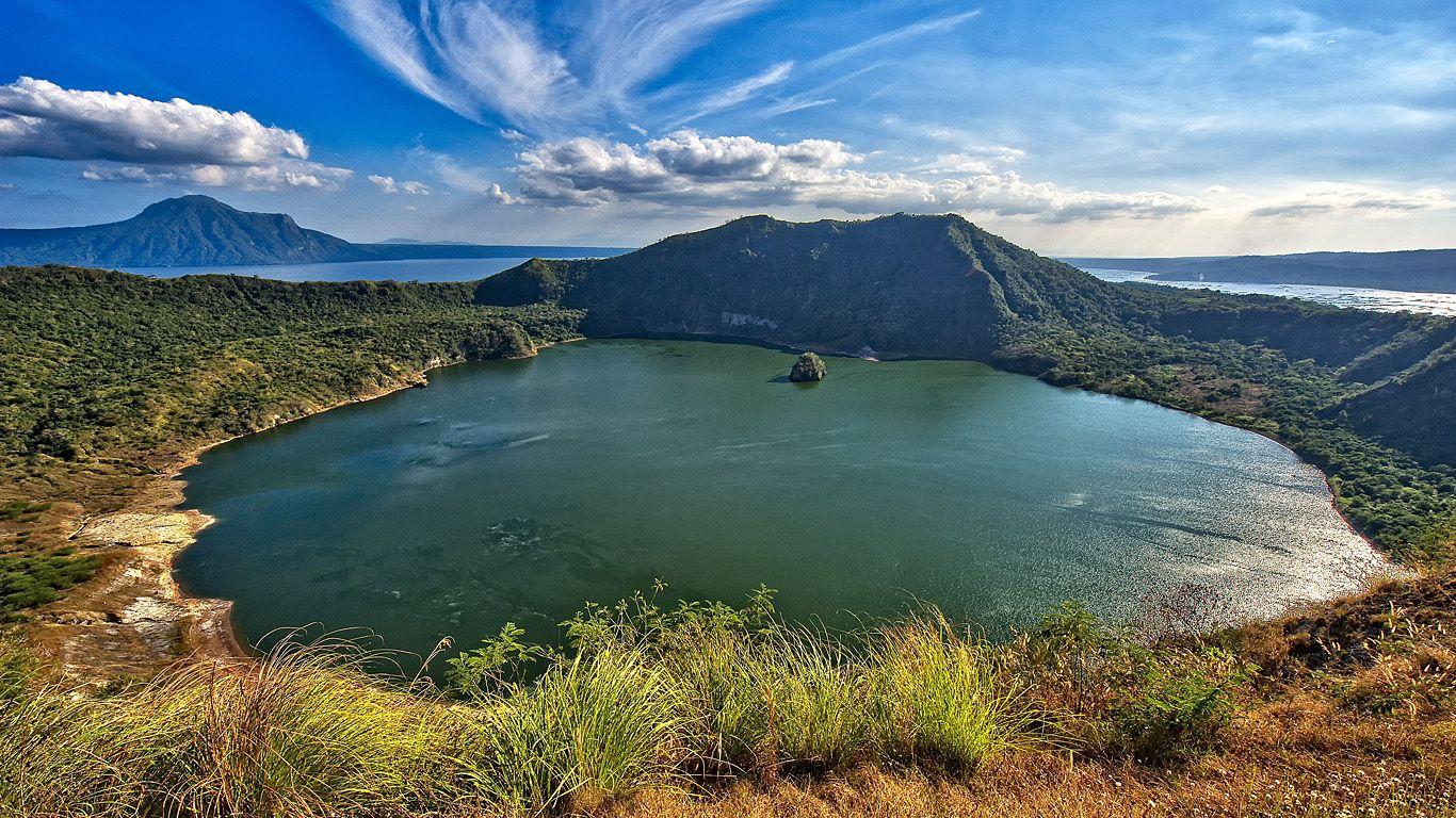 Кратер вулкана Тааль