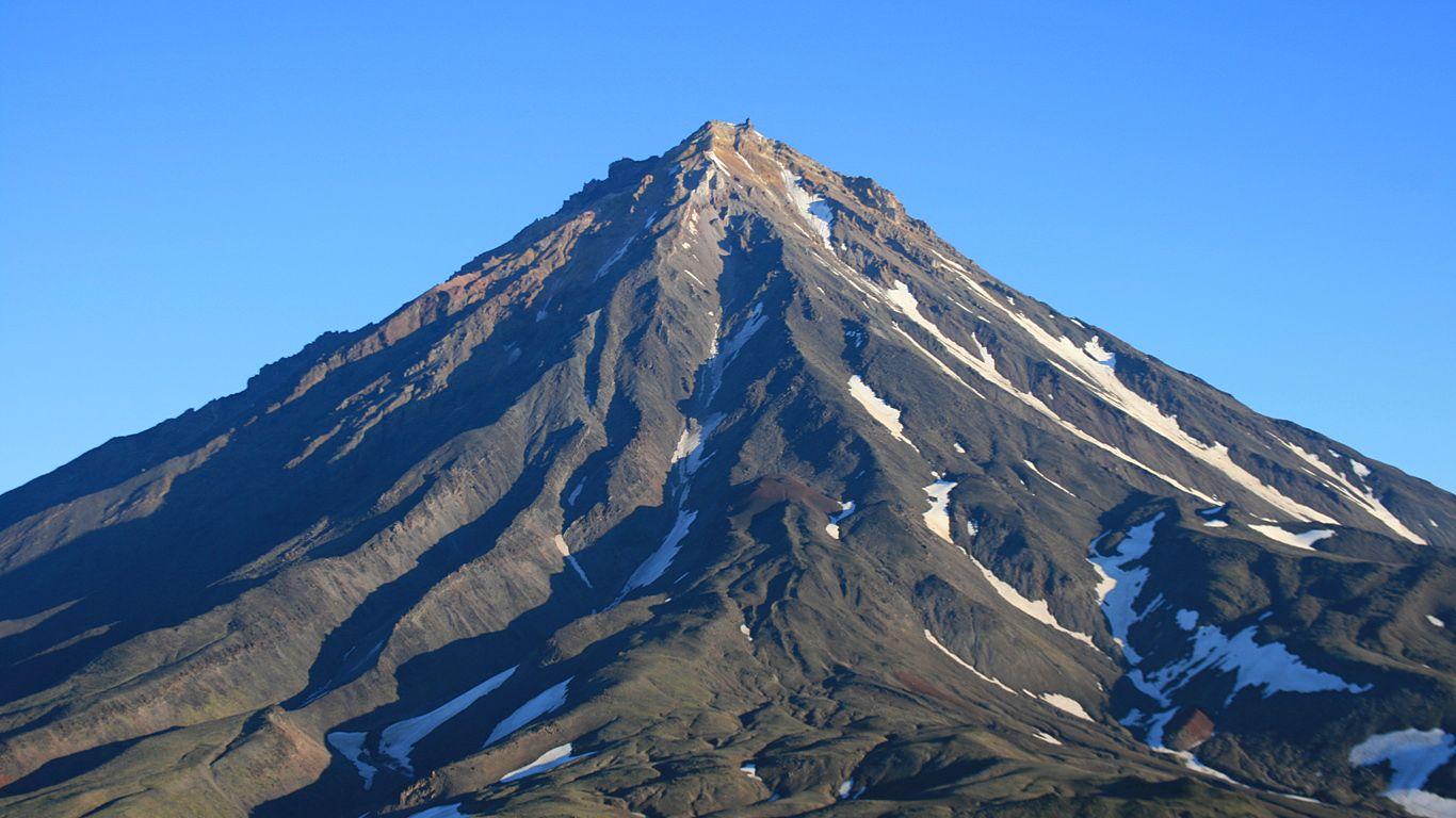 Авачинский вулкан весной