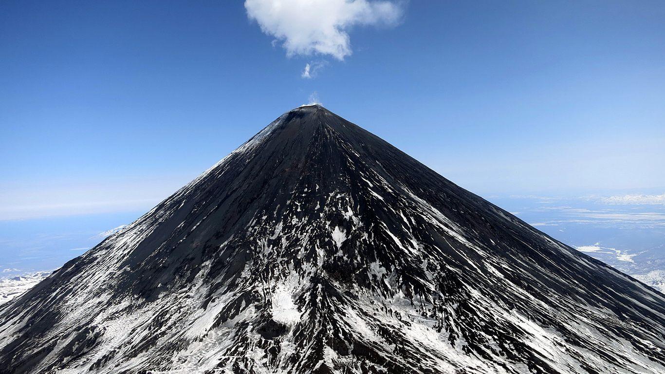 Ключевской вулкан и облако