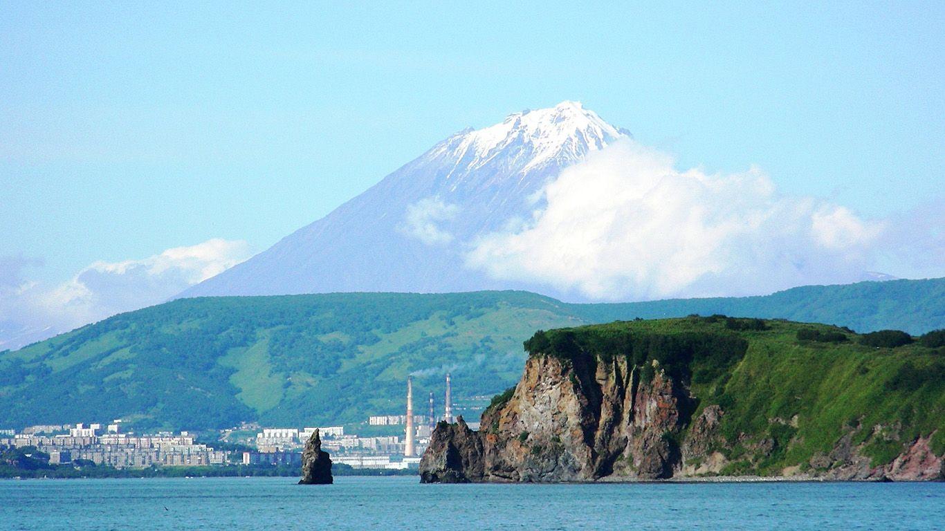 Вид с бухты на вулкан Корякский