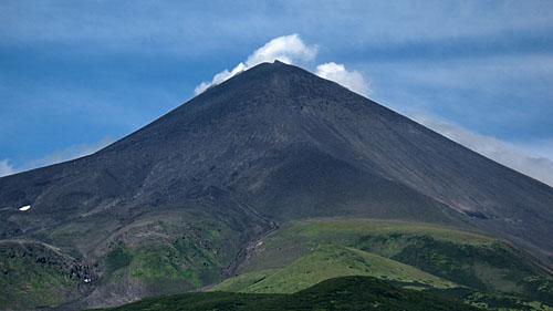 Вулкан Сарычева летом
