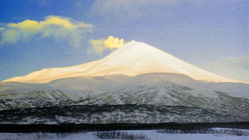 Вулкан Сарычева зимой