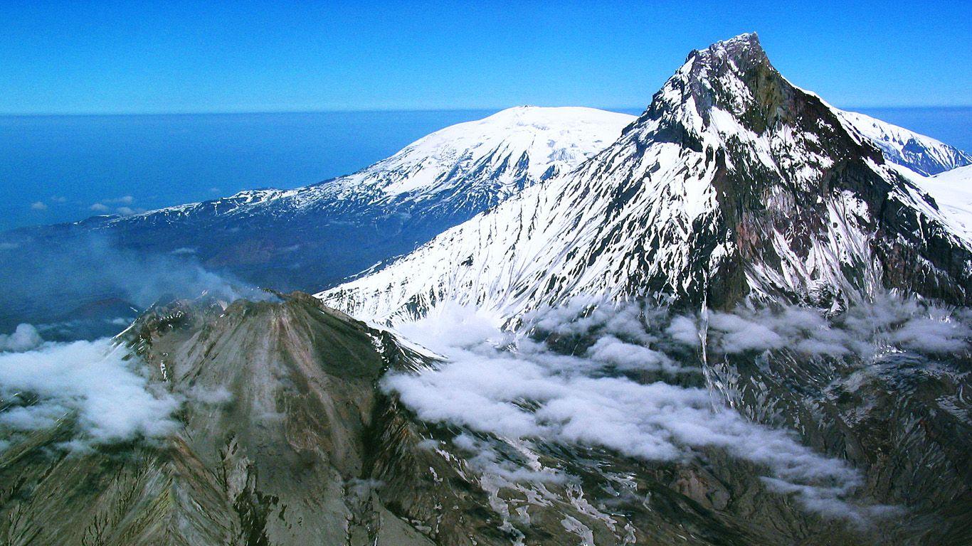 Вулкан Толбачик на втором плане