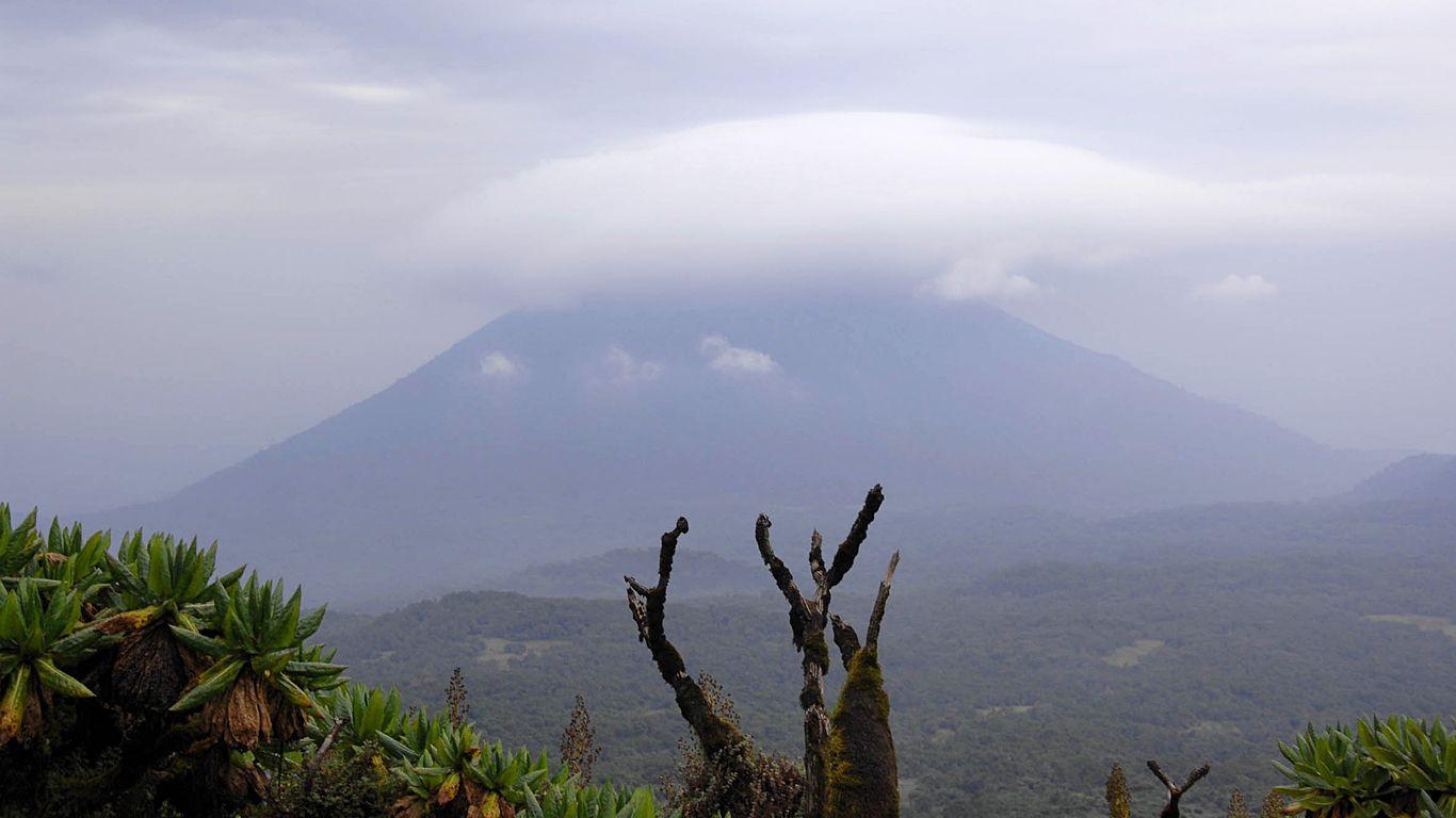 Вулкан Карисимби в облаках