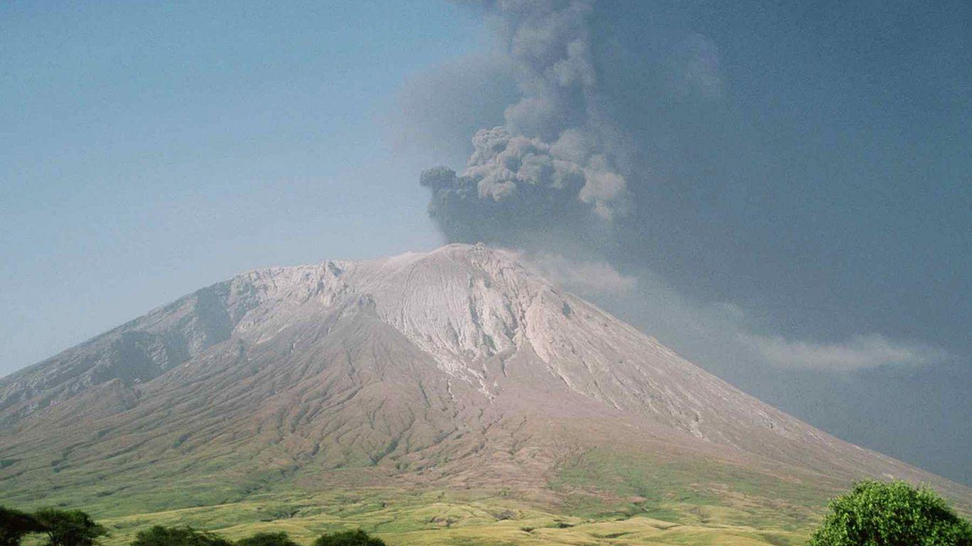 Извержение.Вулкан Оль Дойньо Ленгаи