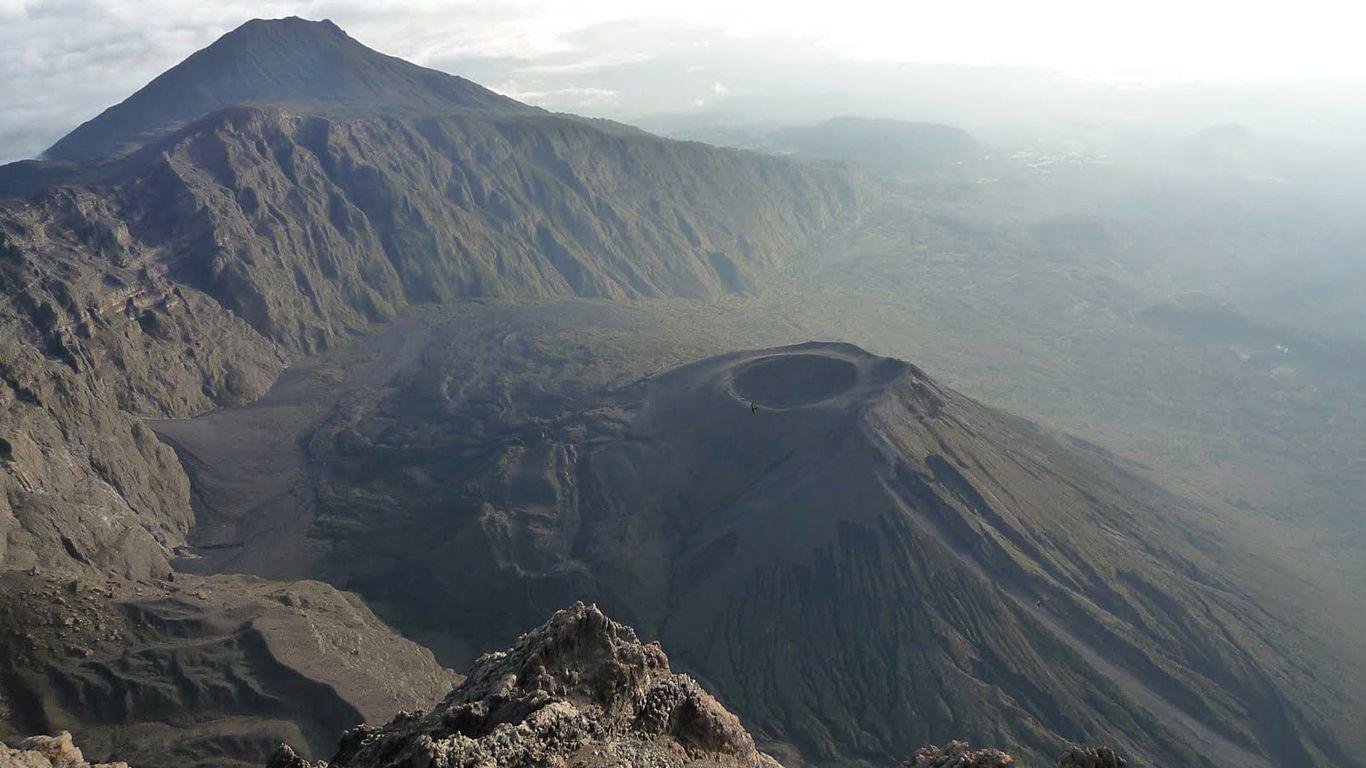 Вулкан Меру сверху