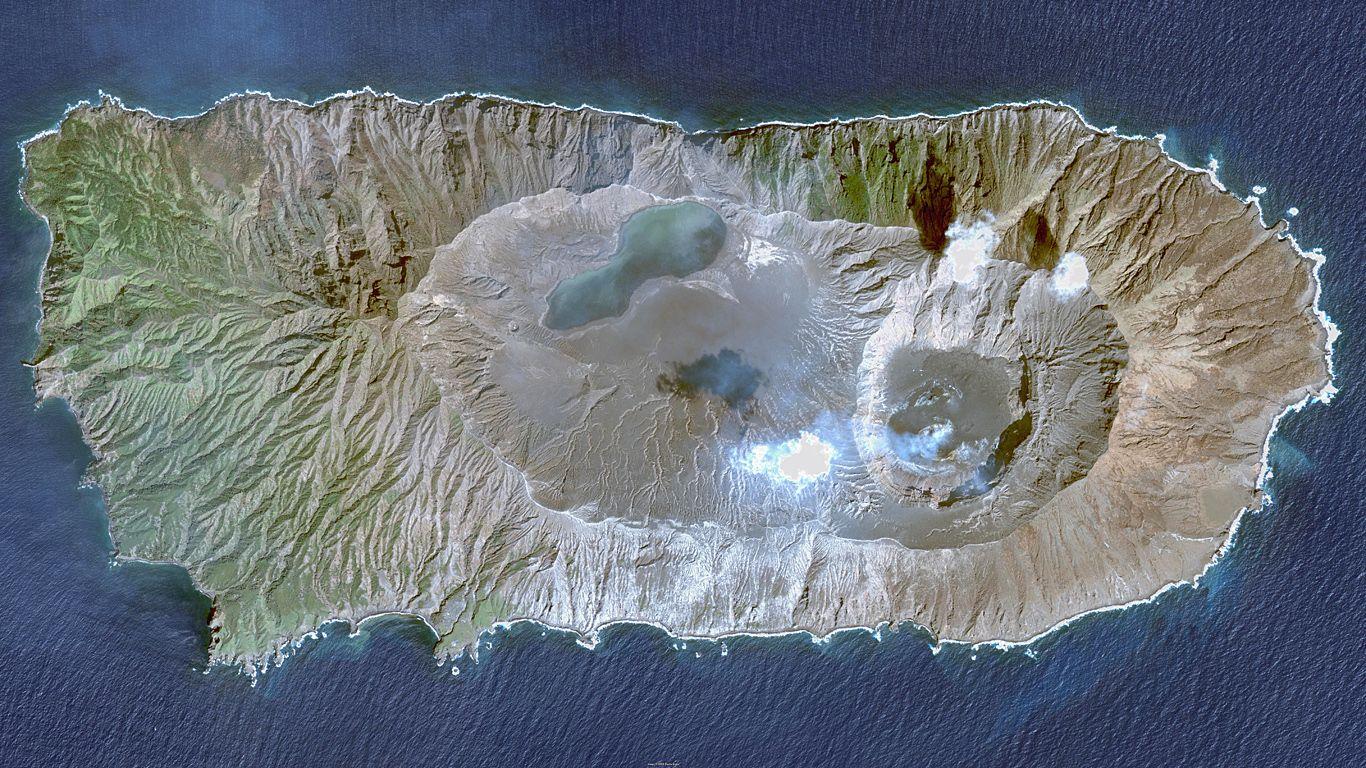 Вулкан Анатахан с высоты
