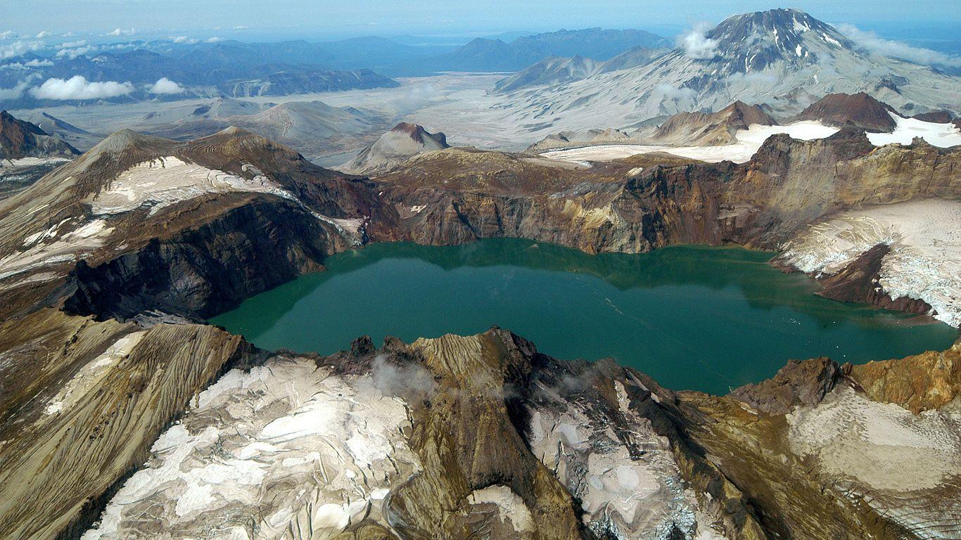 Озеро.Вулкан Катмай